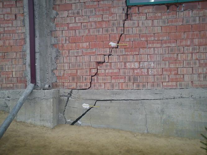 Crăpătură în perete